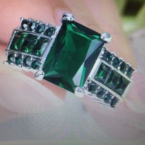 5CT Green emerald Silver rhodium plated size 7